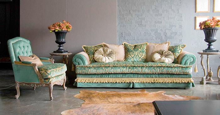 Дорогой диван и кресло в тканевой обивке
